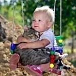 Ребенок и котенок
